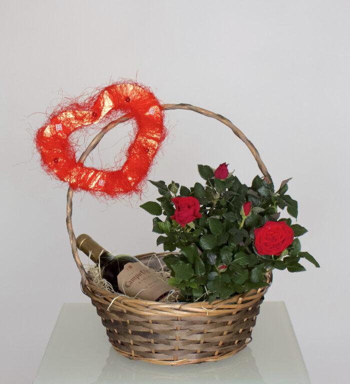 Korv veini ja roosidega
